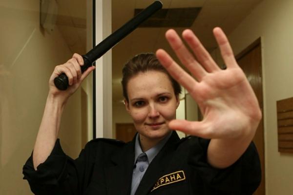 Женщина-охранник